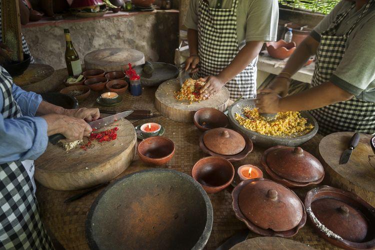 Ilustrasi bikin kuliner Bali pada cooking class.