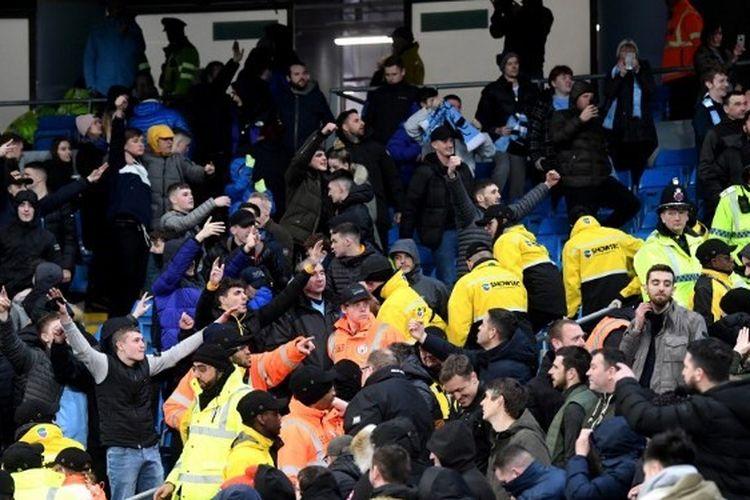 Suporter Manchester City dan Manchester United terlibat dalam bentrokan pada pertandingan semifinal leg kedua Carabao Cup atau Piala Liga Inggris di Stadion Etihad, Kamis (30/1/2020).