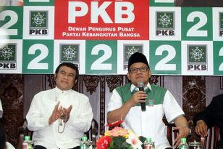 Musisi dangdut Rhoma Irama (kiri) didampingi Ketua Umum Partai Kebangkitan Bangsa Muhaimin Iskandar di Kantor DPP PKB, Jakarta, Selasa (16/4/2013). Dalam kesempatan tersebut Rhoma Irama yang berkunjung bersama komunitas difabel menyatakan dukungannya bagi pemenangan PKB dalam Pemilu 2014 dan siap maju menjadi calon presiden.