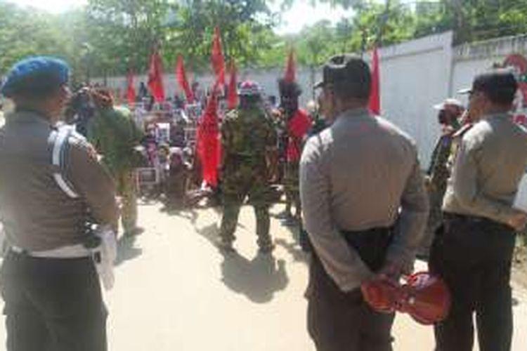 Aksi demo ratusan anggota Komite Nasional Papua Barat di depan Universitas Cenderawasih Jayapura, Selasa (31/5/2016)