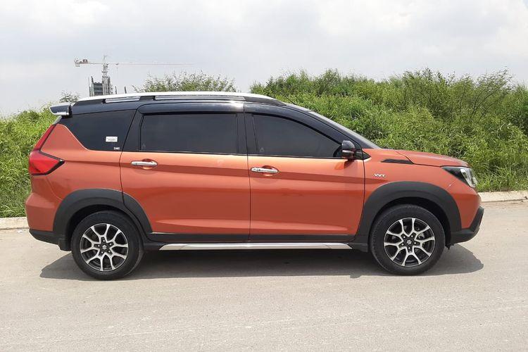 Tampak samping dari Suzuki XL7