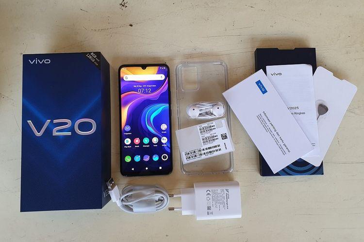 Isi kotak kemasan Vivo V20 terdiri dari sebuah unit ponsel, softcase, kepala charger, kabel charger dengan konektor USB type C, stiker IMEI, buku panduan, buku garansi, dan SIM ejektor.