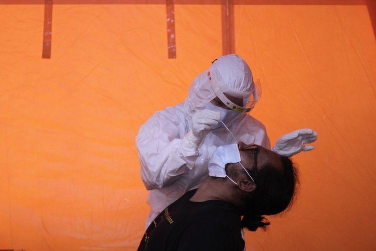 Relawan mengikuti tes swab antigen di Posko dukungan penanganan COVID-19 BPBD DIY di Semaki, Yogyakarta, Minggu (3/1/2020). Tim Reaksi Cepat BPBD DIY melakukan penambahan personil relawan untuk mengoptimalkan dukungan penanganan pandemi COVID-19 di Yogyakarta khususnya proses pemakaman dan dekontaminasi. ANTARA FOTO/Hendra Nurdiyansyah.