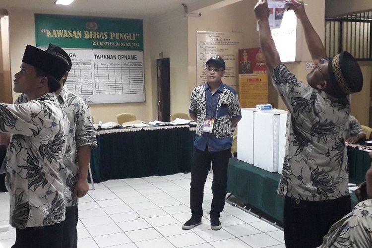 Suasana penghitungan suara di TPS 14 rumah tahanan Mapolda Metro Jaya, Rabu (17/4/2019) sore.