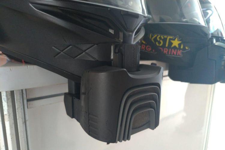 Blusnap Helmet memiliki filter yang bisa menahan debu dan kotoran, juga menghembuskan udara yang lebih segar.