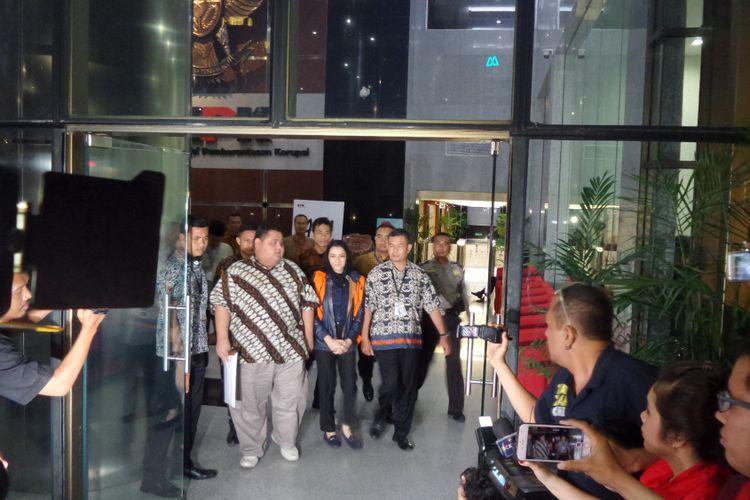 Bupati Kutai Kartanegara Rita Widyasari ditahan seusai diperiksa di Gedung KPK Jakarta, Jumat (6/10/2017).