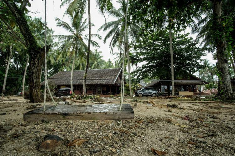 Tim TCC Kemenpar melihat kondisi langsung dampak 3A Tsunami Selat Sunda di Mutiara Carita Cottages, Senin (24/12).