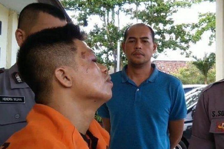 Tersangka Anto Iwan yang mengenakan baju tahanan mengakui perbuatannya di Polsek Pemali, Bangka Belitung, Minggu (12/5/2019).