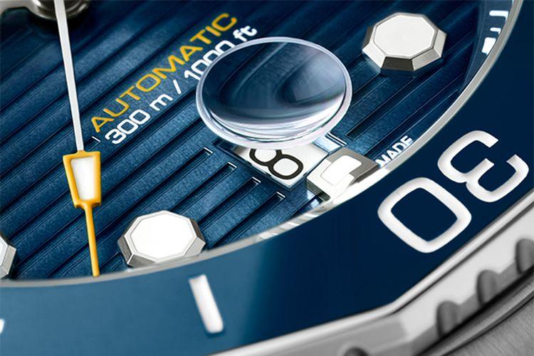 Kaca pembesar penunjuk tanggal pada TAG Heuer Aquaracer Professional 300