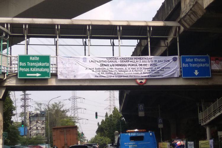 Spanduk sosialisasi ganjil genap di Jalan Panjaitan, Jakarta Timur, Jumat (29/6/2018)
