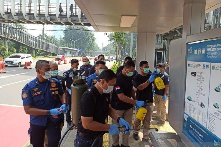 Polda Metro Jaya menggelar kegiatan sterilisasi di dalam di sekitar Mako Polda Metro Jaya pada Sabtu pagi, untuk mencegah penyebaran virus COVID-19.