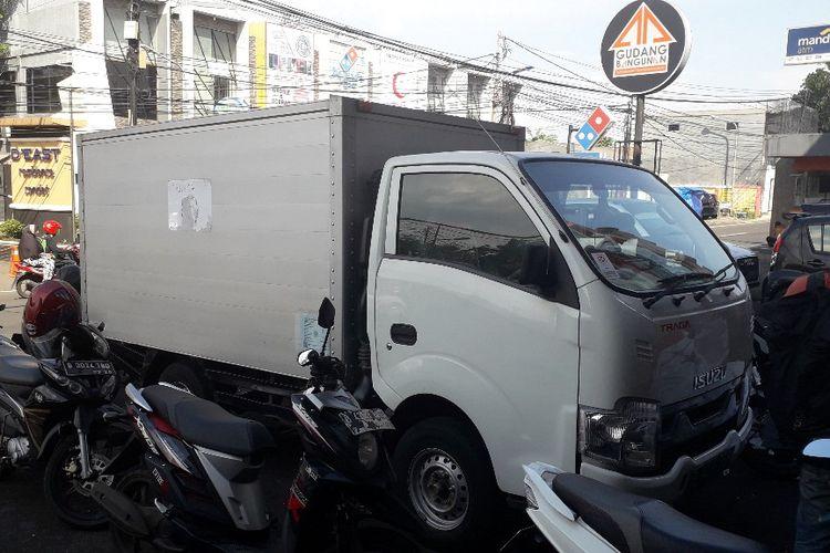 Mobil boks berstiker KPU yang viral di media sosial tengah terparkir di depan pabrik percetakan Digital Print, Condet, Jakarta Timur, Senin (22/4/2019).