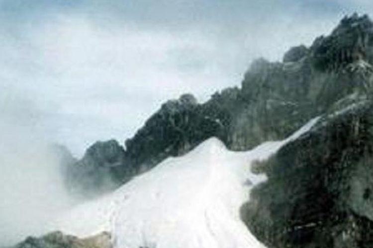 Puncak Carstensz Pegunungan Jayawijaya yang selalu bersalju