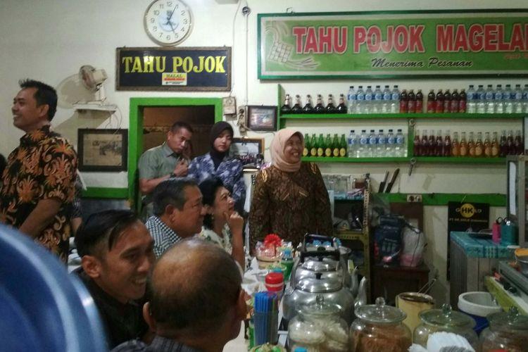 Presiden ke-6 RI saat berkunjung ke warung kupat tahu Pojok  di Kota Magelang,  Senin (21/8/2017) sore