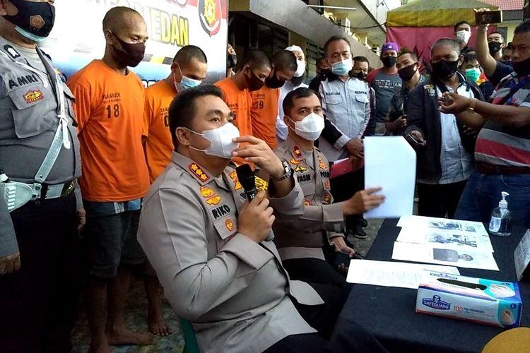Kapolrestabes Medan Kombes Pol Riko Sunarko dan Kapolsek Sunggal Kompol Yasir Ahmadi memaparkan meninggalnya 2 orang tersangka kasus perampokan bermodus polisi gadungan di Mapolrestabes Medan, Rabu (14/10/2020) sore.