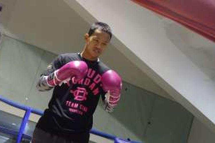 Petinju pemegang gelar juara WBO Asia Pacific dan Africa kelas ringan, Daud Yordan, melakukan sesi latihan di Jakarta, Rabu (3/2/2016).