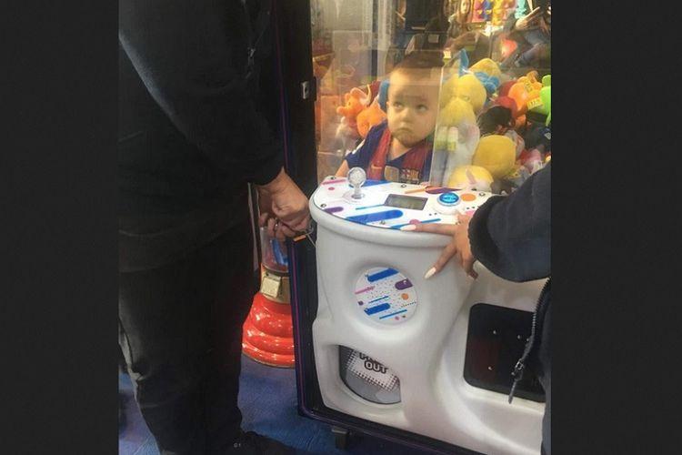 Bocah Noah terlihat berada di dalam mesin permainan boneka di pusat permainan di Mansfield, Nottinghamshire.