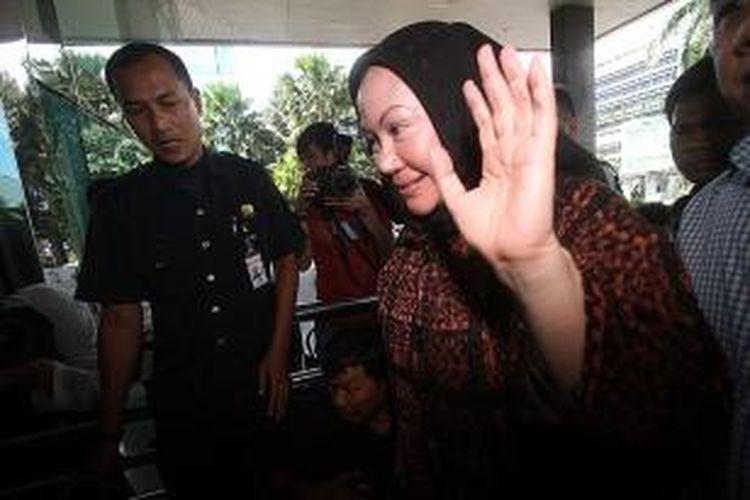 Gubernur Banten Ratu Atut Chosiyah (kanan) diperiksa penyidik Komisi Pemberantasan Korupsi di Jakarta, Selasa (19/11/2013). Atut dimintai keterangan terkait dugaan korupsi dalam pengadaan alat kesehatan di Provinsi Banten tahun anggaran 2010-2012.