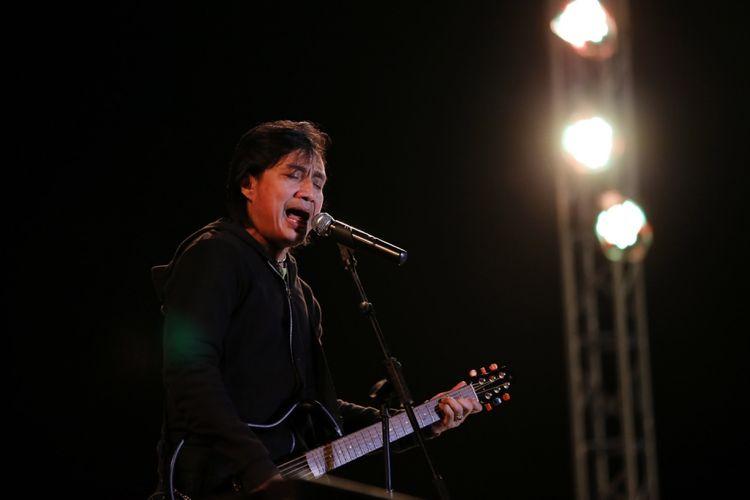 Katon Bagaskara tampil di Prambanan Jazz Festival 2017 di kompleks Candi Prambanan, Yogyakarta, Jumat (18/8/2017). Prambanan Jazz Festival berlangsung selama tiga hari dari 18 sampai 20 Agustus 2017 di Candi Prambanan, Yogyakarta.