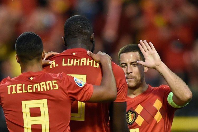 Romelu Lukaku merayakan golnya bersama Youri Tielemans dan Eden Hazard pada pertandingan Belgia vs Skotlandia dalam lanjutan kualifikasi Euro 2020 di Stadion King Baudouin, 11 Juni 2019.
