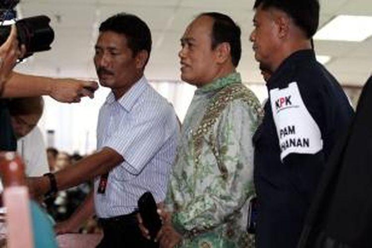 Mantan Kakorlantas Mabes Polri Irjen Pol Djoko Susilo (dua kanan) menjawab pertanyaan wartawan usai menjalani sidang vonis di Pengadilan Tindak Pidana Korupsi, Jakarta, Selasa (3/9/2013). Djoko Susilo divonis 18 tahun penjara dengan denda Rp 500 juta subsider 6 bulan kurungan karena terbukti terlibat dalam kasus korupsi pengadaan alat simulator SIM di Korlantas Mabes Polri.
