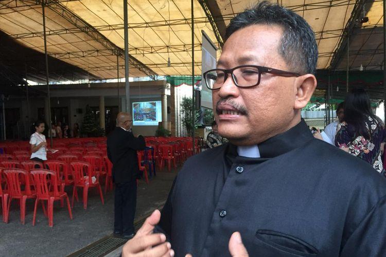 Romo Laurentius Rakidi ketika berada di gereja Santo Yoseph, Palembang, Sumatera Selatan, Senin (24/12/2018).