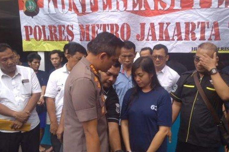 Djeni Herilewie (39) saat dihadirkan dalam ungkap kasus di Mapolrestro Jakarta Timur, Kamis (10/10/2019)