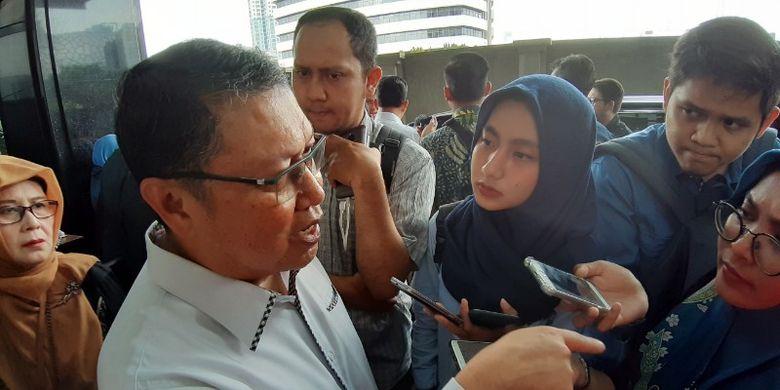 Direktur Jenderal (Dirjen) Penanganan Fakir Miskin (DFM) Kementerian Sosial Andi ZA Dulung memberikan keterangan kepada wartawan sesudah mengikuti Rapat Koordinasi (Rakor) Penanganan Fakir Miskin bersama Bulog, di Royal Kuningan Hotel, Jakarta, Kamis (4/7/2019).