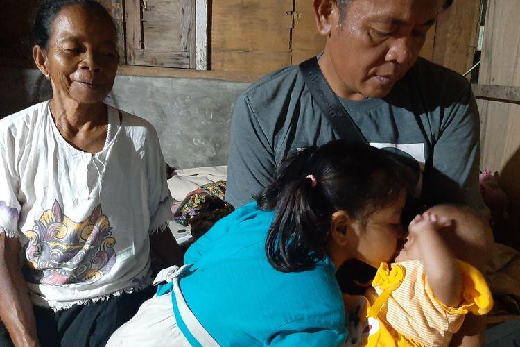 Mbah Sawi (60) pengasuh dan Nurul Mukminin (46) menggendong Bilqis di rumahnya.