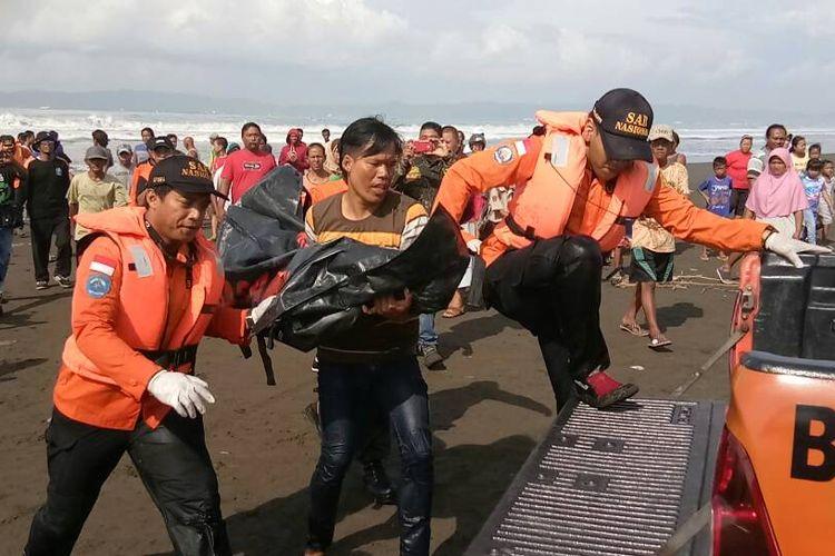 Tim SAR gabungan berhasil menemukan jasad bocah yang tenggelam di pantai Kemiren, Kelurahan Mertasinga, Kabupaten Cilacap, Jawa Tengah, Sabtu (6/5/2017) Pukul 09.00 wib.