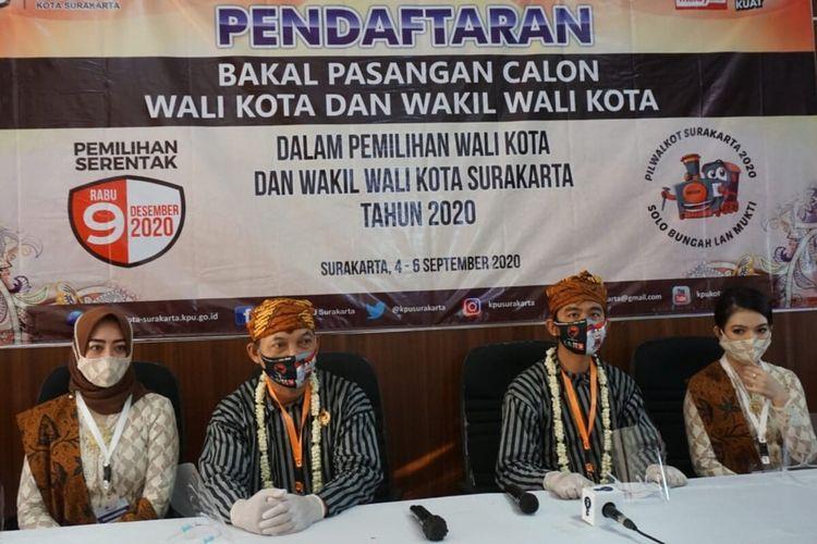 Bakal pasangan calon Wali Kota dan Wakil Wali Kota Solo Gibran Rakabuming Raka dan Teguh Prakosa saat mendaftarkan diri sebagai peserta Pilkada 2020 di KPU Solo, Jawa Tengah, Jumat (4/9/2020).