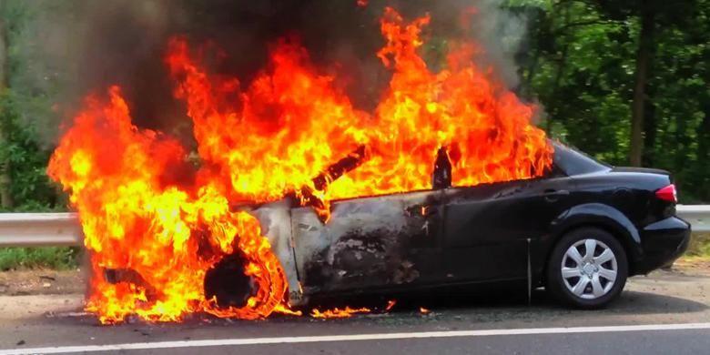 Ilustrasi mobil terbakar