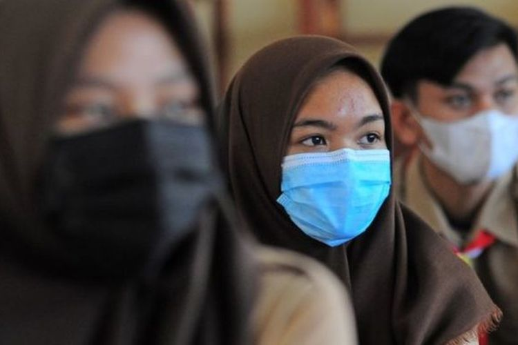 Situasi belajar tatap muka di SMAN 5 Kota Jambi, Jambi, Rabu (17/02). Hingga saat ini, masih banyak sekolah yang menerapkan belajar jarak jauh karena pandemi Covid-19.