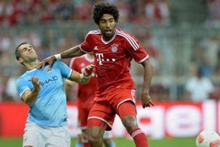 Defender Bayern Muenchen, Dante (kanan), berebut bola dengan striker Manchester City, Alvaro Negredo, pada final Audi Cup di Allianz Arena, Kamis atau Jumat (2/8/2013) dini hari WIB. Sampai babak pertama berakhir, kedua tim bermain imbang 0-0.