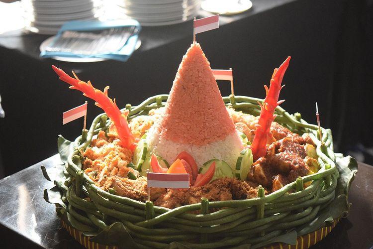 Nasi Tumpeng Merah Putih merupakan perpaduan antara nasi merah dan nasi putih yang dibentuk menjadi tumpeng melambangkan warna bendera Indonesia.