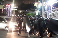 Polisi Dilengkapi Senjata Bentuk Barikade di Simpang Susun Semanggi