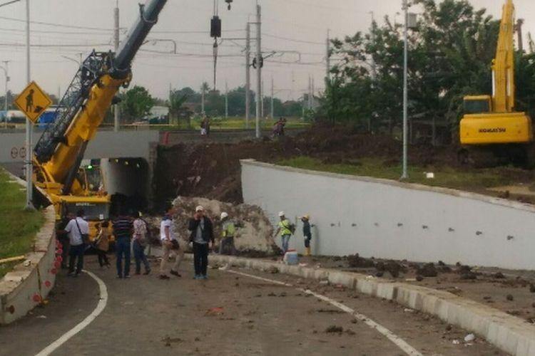 Proses pembersihan reruntuhan tembok di Jalan Perimeter Selatan Bandara Soekarno-Hatta masih terus dilakukan, Rabu (7/2/2018). Satu unit mobil yang tertimbun tanah di lokasi itu sudah bisa dipindahkan pada Selasa malam.