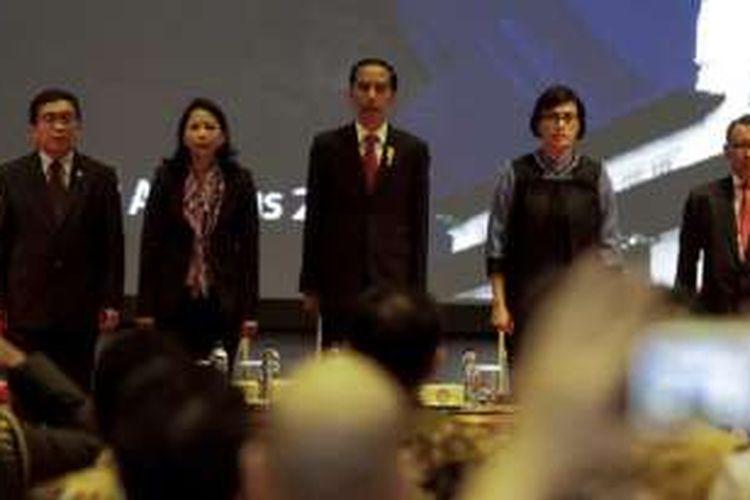 Presiden Jokowi bersama Menteri Keuangan Sri Mulyani, Menteri BUMN Rini Soemarno, Ketua OJK Muliaman Hadad, dan Dirjen Pajak Ken Dwijugiasteadi