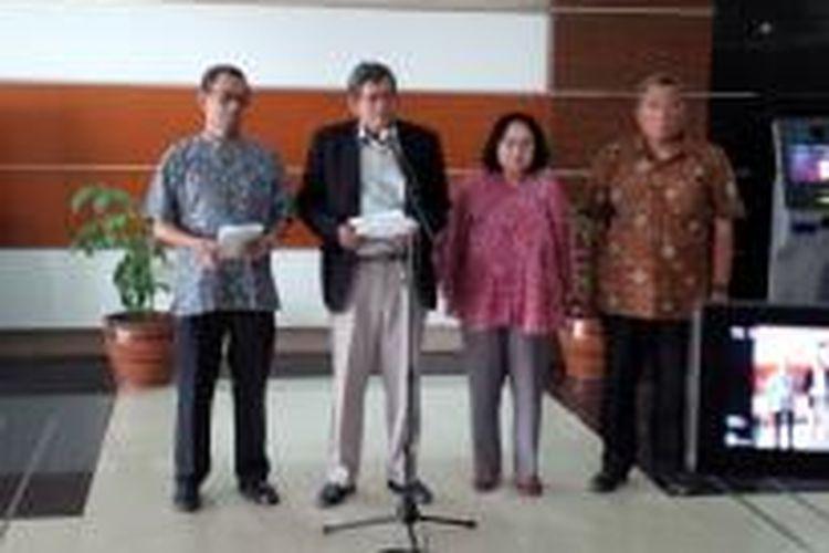 Pansel Ombudsman saat mengumumkan calon anggota Ombudsman yang lulus seleksi profile assesment di Kantor Sekretariat Negara Jakarta, Senin (5/10/2015).