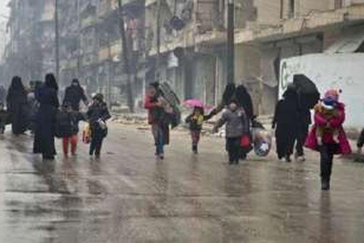 Sejumlah warga mengungsi dari kawasan yang dikuasai oposisi di Aleppo timur menuju tempat yang sudah direbut kembali oleh pasukan pemerintah Suriah, Selasa (13/12/2016).