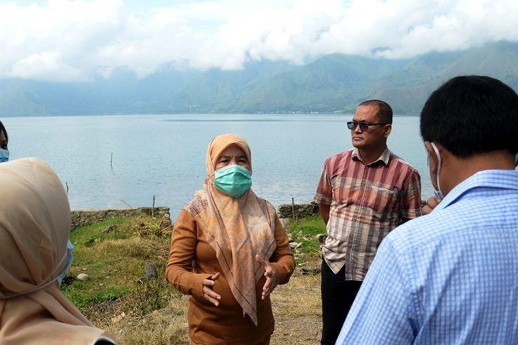 Sekda Provinsi Sumut R Sabrina mengunjungi pusat informasi Geopark Kaldera Toba dan beberapa destinasi wisata di Danau Toba untuk mengevaluasi kesiapan penerapan protokol kesehatan, Senin (31/8/2020)