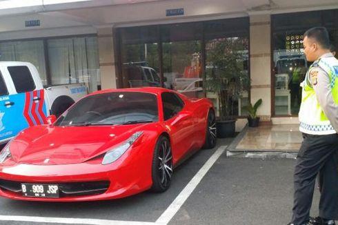 Meluncur di Bahu Jalan Saat Macet, Ferrari Distop Polisi