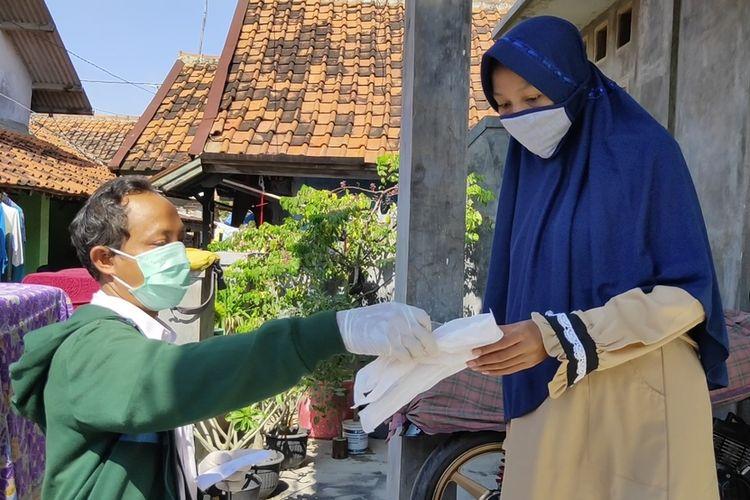 Tim pengantar obat Puskesmas Kejaksan memberikan obat kepada pasien ibu hamil di Gang Samadikun, Kecamatan Kejaksan Kota Cirebon, Rabu (8/4/2020). Ini merupakan program berobat online dan antar obat ke rumah pasien gratis untuk mencegah penyebaran virus corona.