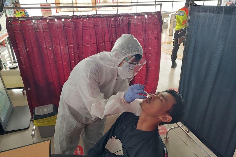 Rizal, salah seorang penumpang di Stasiun Tangerang, Kota Tangerang, tengah menjalani tes cepat antigen secara acak pada Senin (21/6/2021).