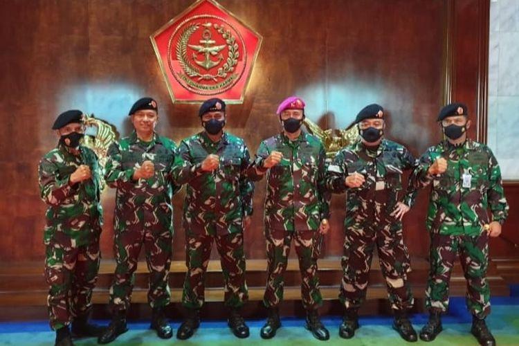5 Pati Marinir yang naik pangkat berfoto bersama dengan Irjen TNI Letjen TNI (Mar) Bambang Suswantono.