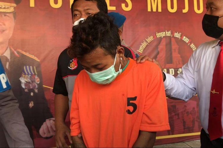 Pelaku penganiayaan terhadap tiga orang dalam satu keluarga, saat digelandang polisi di Mapolres Mojokerto, Jawa Timur, Kamis (1/4/2021).