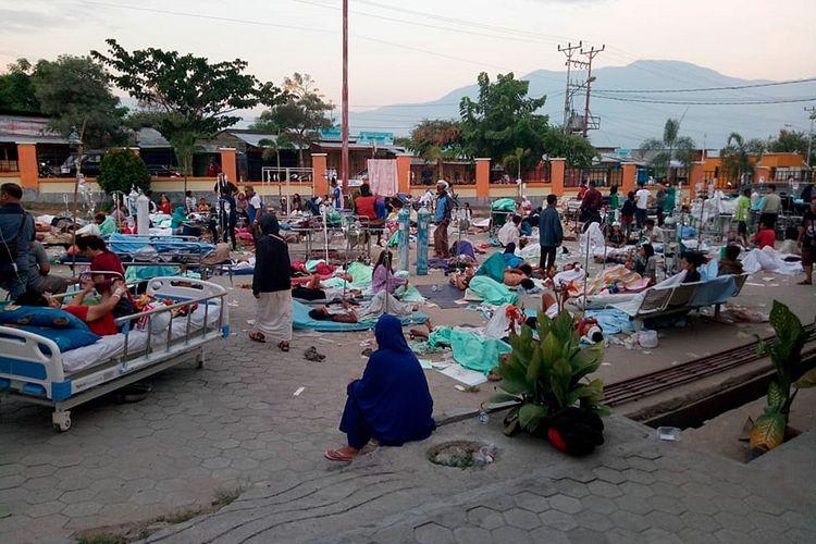 Sejumlah pasien mendapat perawatan di depan Instalasi Gawat Darurat (IGD) RSUD Undata, Palu, Sulawesi Tengah , Sabtu (29/9/2018). Perawatan di luar gedung rumah sakit tersebut untuk mengantisipasi kemungkinan adanya gempa susulan.