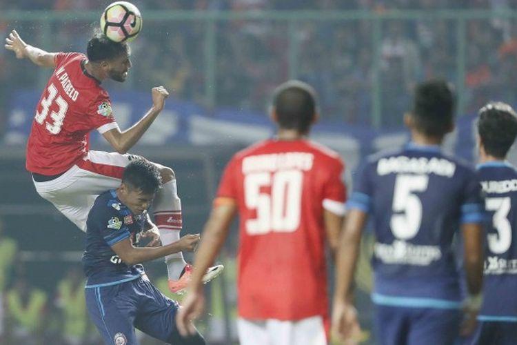 Duel bek Persija Jakarta, Willian Pacheco (kiri) dengan gelandang muda Arema FC, Hanif Sjahbandi (kedua dari kiri), dalam laga kedua tim pada pekan kesembilan Liga 1 musim 2017 di Stadion Patriot Candrabhaga, Kota Bekasi, Jawa Barat, Jumat (2/6/2017).