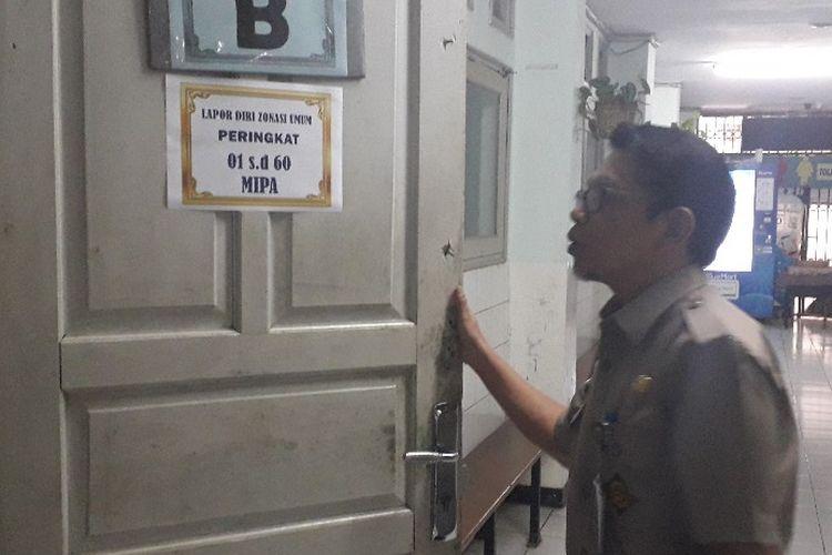 Kepala Sekolah SMAN 8 Agusman Anwar menunjukkan salah satu ruangan di SMAN 8, Rabu (26/6/2019).