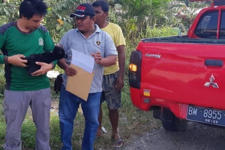 Petugas BBKSDA Riau melakukan evakuasi terhadap anak beruang lumpuh yang di area perusahaan PT Rimba Lazuardi, Kecamatan Peranap, Kabupaten Inhu, Riau. Dok BBKSDA Riau